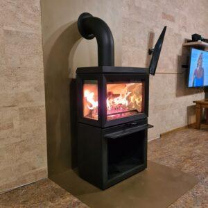 Камино-печь Jotul F 520 (стекло с трёх сторон). Декоративный экран и предтопочный лист сделаны из листового железа.