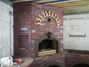 Кухонный печной комплекс с мангалом с точеными элементами и головой зубра