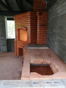 Кирпичный угловой мангал с варочной панелью и нишей под раковину – печник Кублицкий Владимир